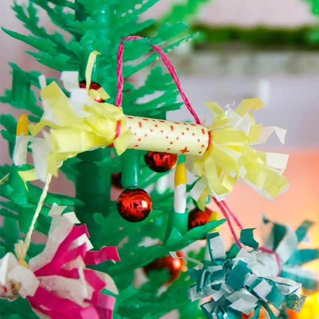The perfect decoration for the Christmas tree has to be a cracker! Make a tiny one for your dolls' tree!  For instructions and more inspiration go to www.lundby.com, Play & crafts. #lundby #lundbydollshouse #dollhouse #dockskåp #lundbydiy #christmasdecorations #julpynt