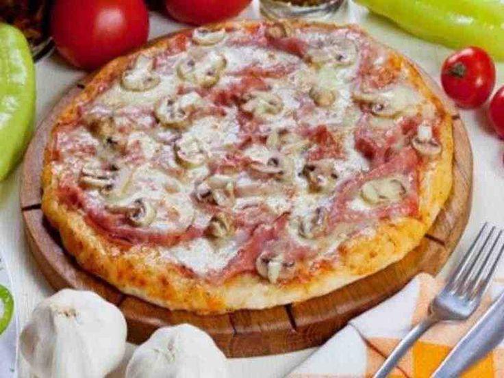 Pizza Capricciosa Zubereitung: Mehl in eine Rührschüssel sieben und das Salz dazugeben. Die frische Hefe nun in lauwarmem Wasser auflösen und die Hefemischung zusammen mit dem …