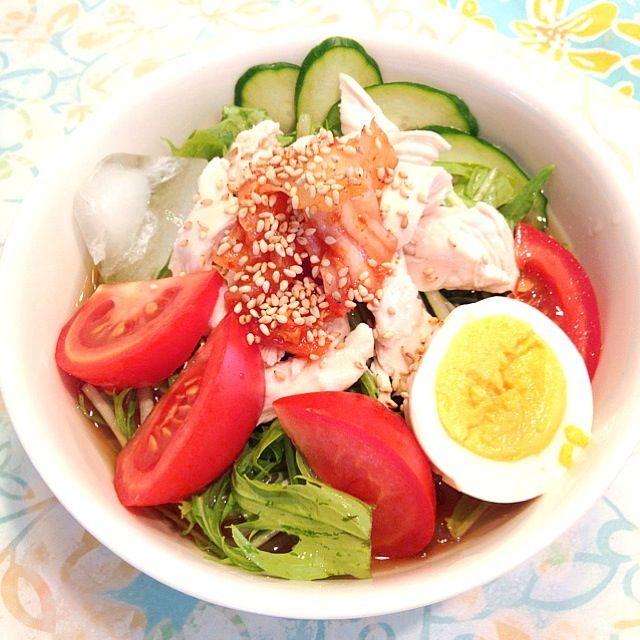 なんと、私はお店で冷麺食べた事がないのでした。  みずな、ささみ、きゅうり、ゆで卵、キムチなど、のせすぎて違う食べ物に・・ - 70件のもぐもぐ - お昼は冷麺 by sakuramidori