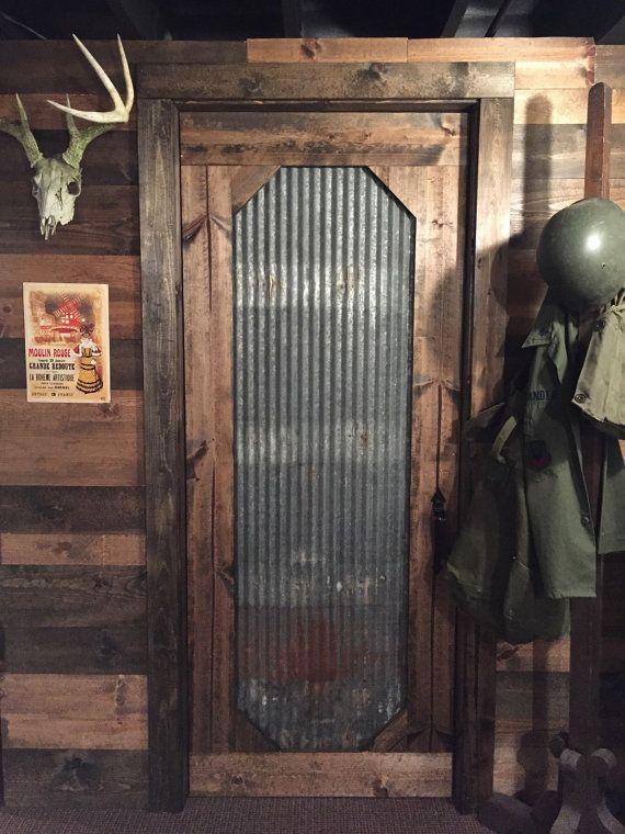 Actualmente el solo METAL nos tienen disponibles para estas puertas es muy oxidado o pintado en un lado y lo que es foto arriba en el otro lado.  Darle a tu hogar un look industrial/rústico con esta hermosa puerta madera y metal corrugado. Cada pieza de metal es único en sí mismo variación moho y agujeros de clavo viejo. Algunas piezas aún tiene el viejo logo de fortaleza estampado, así que tener en cuenta al comprar, que cada puerta varía un poco. La madera que usamos es pino blanco con...