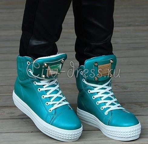 Модные кроссовки с шипами
