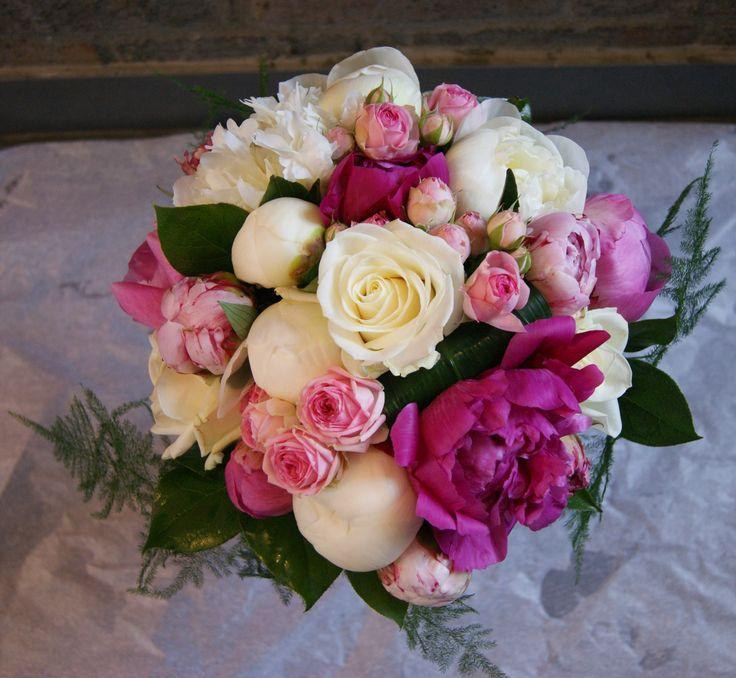 Bouquet de mariée romantique avec pivoines, roses et roses branchues dans différents tons de roses et blanc.