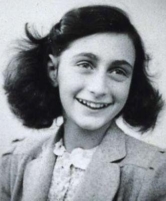 Ana Frank era unha nena xudía que, durante a Segunda Guerra Mundial, tive que esconderse para escapar dos nazis. Xunto con outras sete persons permanece escondidaen Ámsterdam. Despois de máis de dous anos de estar ocultos, os escondidos son descubiertos e deportados a campos de concentración. Dos oito escondidos, solo o pai de Ana, Otto Frank, sobrevive a guerra. Despois da súa muerte, Ana fase mundialmente famosa grazas o diario que escribiu durante o tempo no que estivo escondida.