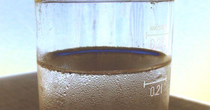¿Por qué los compuestos iónicos conducen electricidad en el agua?. NaCl, la sal, es uno de los compuestos iónicos más comunes. Cuando está en un estado sólido, es incapaz de conducir una corriente eléctrica. Solo puede conducirla cuando está disuelto en agua o en algún otro líquido. Para entender por qué pasa esto, primero es necesario entender la composición de los compuestos iónicos.