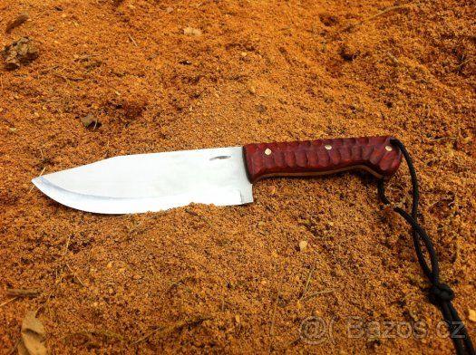 Ručně vyrobený, velký nůž z jednoho kusu oceli - Nabízím ručně vyrobený nůž z nejkvalitnějších materiálů, včetně kydex pouzdra. Je to ruční výroba, žádná sériovka! Nůž je vyroben z jednoho kusu oceli. Viz. foto. Popis nože číslo 7. Ocel čepele: N690 je korozivzdorná ocel vyrobená rakouskou firmou Bohler Materiál střenky: dřevo Padouk, nýty: mosaz Tvrdost: 60-61HRC Celková délka nože: 280mm Délka čepele: 150mm Šířka čepele: 50mm Tloušťka čepele: 4mm Kydex pouzdro: černé barvy (Kydex je velmi…