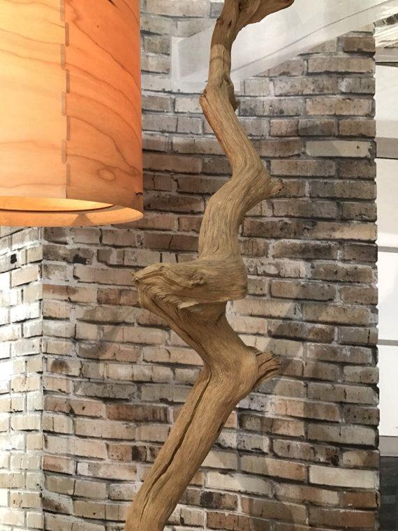 Lampada da terra di ramo di quercia stagionato montato su roccia rossa. Questa lampada tripla pavimento è unico nel suo genere. con dettagli raffinati di legno stagionato. Il colore varia dal marrone chiaro al marrone scuro e grigio esposto allaria toni del legno.  La lampada da terra dispone di un totale di 238 cm di altezza. 110 cm di larghezza e 80 cm di profondità. Questa lampada piano ha tre paralumi impiallacciatura in vero legno, ma altri paralumi sono disponibili su richiesta. I tre…
