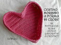 Cestino morbido a forma di cuore rosa, a crochet