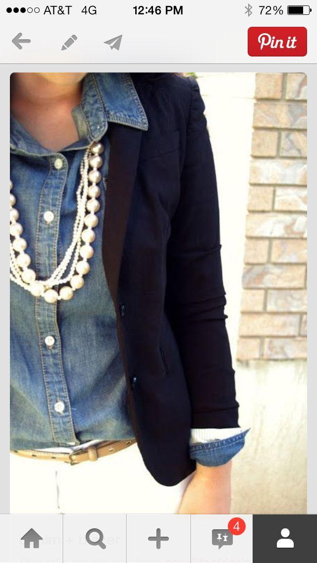 Sautoir sur chemise en jean's avec veste blazer noire