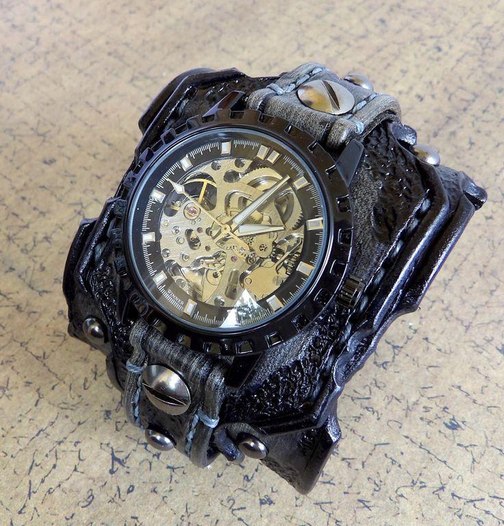 Verbrande mannen op zoek, verdrietig horloge manchet gemaakt met groenten gelooid leer, volledig handgemaakt, hand tooled, hand gestikt met natuurlijke wol. De lederen manchet is 2 1/2 inch breed. Object omvat een antieke koperen steampunk mechanische horloge gezicht en is afneembaar en verwisselbare. Zware roller gesp biedt sluiting.   Dit horloge IS MADE TO ORDER, gebruik de volgende meettechniek te bepalen van de grootte van uw pols en laat een notitie op checkout of een bericht.  Maa...