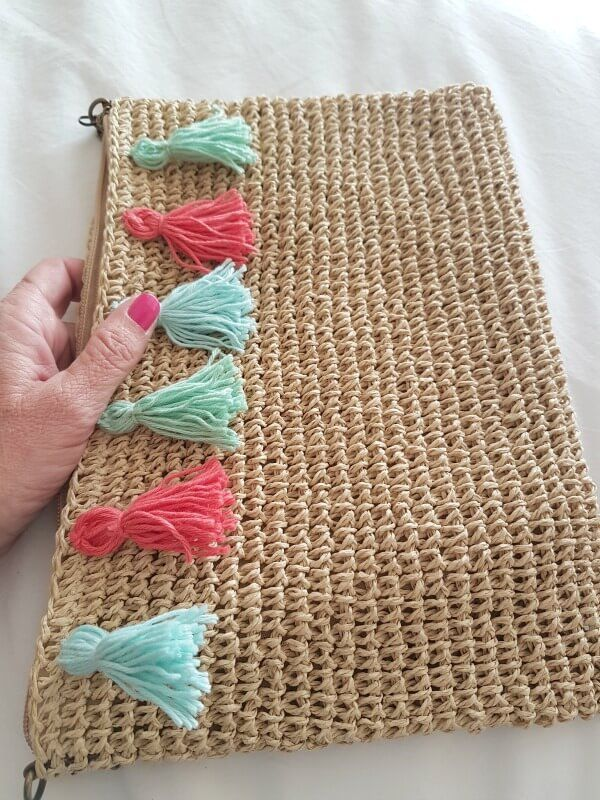 DIY bolso de #rafia con #pompones de colores.