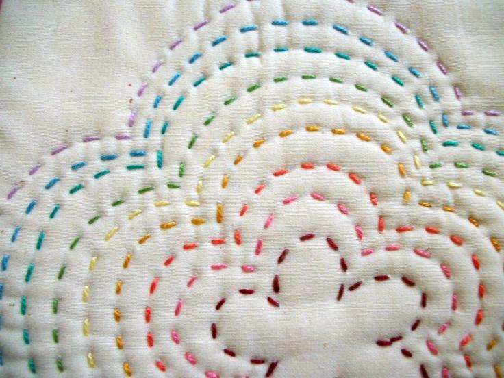 Punto bastilla en diferentes colores de hilos de bordar para formar un diseño muy sencillo y decorativo.