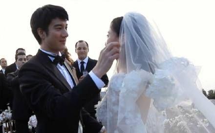 王力宏 Wang Leehom火力全開電影連婚禮場面都有!好甜!! 我們來一起回顧一下這對夫妻的甜蜜時光! (影片來源:秒拍@OurHome王力宏歌迷會)