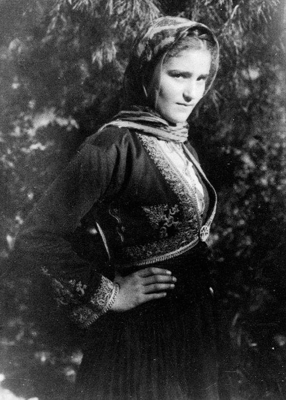 Μανιατοπούλα, κόρη του εκδότη Δημητράκου με τοπική φορεσιά.