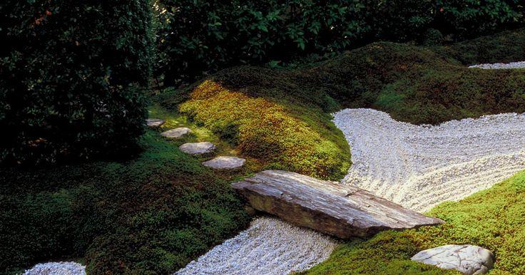 Ideias para decorar um jardim com um caminho de pedras. Os caminhos de pedra são um elemento de decoração surpreendentemente versátil. Dependendo da pedra e configuração escolhidas, o caminho pode ficar rústico, ter sofisticações simples ou dar formalidade a um jardim ou pátio. A pedra pode ser usada para dar cor, textura e forma à paisagem. Desde pedras simples até caminhos cuidadosamente feitos, a ...