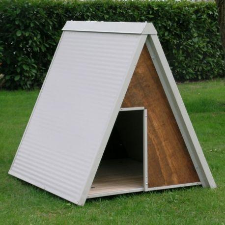 La cuccia per cani mod. Pastore è realizzata in multistrato marino ed ha il tetto in pannelli isolanti.