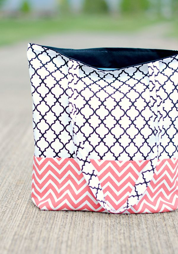 Here is an easy tote bag tutorial and pattern that you can make. Two toned and turns out so cute!