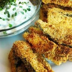 Deze courgette frietjes worden in de oven gebakken. Supermakkelijk om te maken en ontzettend lekker! Je kunt ze als hapje maken, of als onderdeel van de avondmaaltijd.