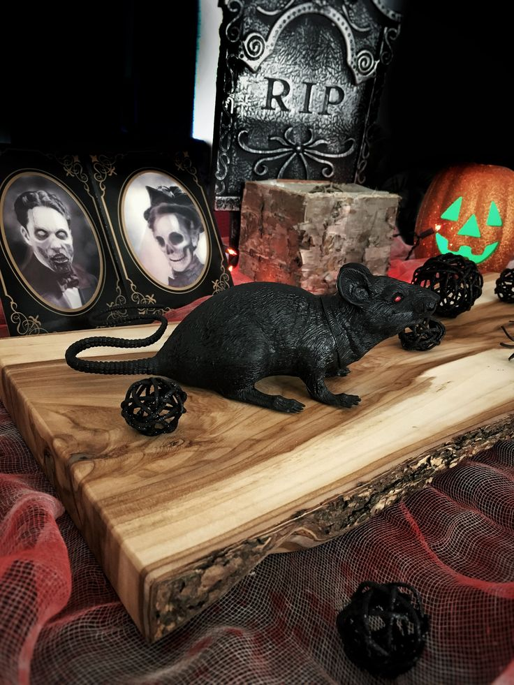 Decorate your Halloween table with one of our gorgeous board. / Planche à découper / Centre de table bois d'orme d'amérique avec écorce - Cutting board elm wood live edge - Fait à la main à Montréal, Québec / Home decor, table, décoration, kitchen, gift, cadeau, spooky