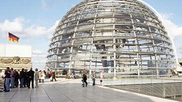 www.bundestag.de officiële site van het Duitse parlement met biografieën van parlementariërs en informatie over de taken van het parlement, de verkiezingen en het Reichstagsgebäude. .