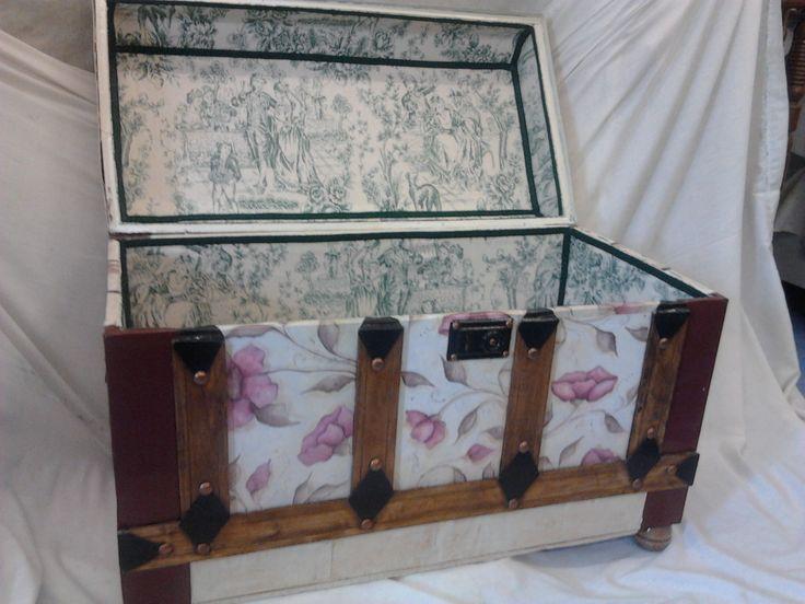 Baul restaurado, decorado con pintura y papel y forrado con tela en su interior.
