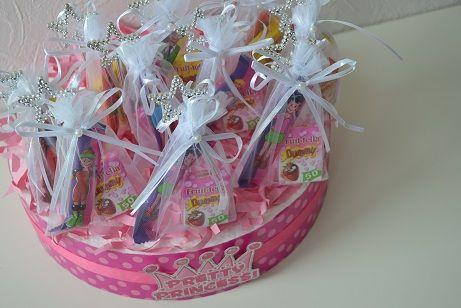 Unieke traktatietaarten en -manden zijn te vinden op feestboxen.nl! Trakteren was nog nooit zo'n feest! Neem nou deze prachtige prinsessen taart! Traktatie, trakteren, verjaardag, snoep, taart, prinses, stafjes, roze, meisje