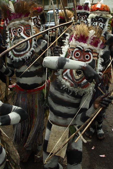 大久保秀樹 / タスマニアを拠点にオーストラリア本土、ミャンマー、パプアニューギニア、ベナン、日本等に住み、各国々で撮った人や生活の写真を撮り続けている / テーマは人々の文化や考え方、各国の環境の違い
