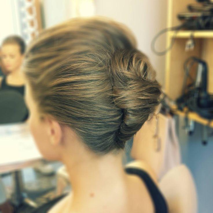 MODERN BANANA TWIST - un coc ideal pentru o tinuta casual. #hairstyle #beautysalon #haircut