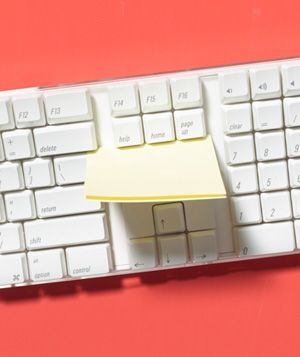 Sticky Note Keyboard Cleaner - slide the adhesive part of a sticky note through the key board to clean.: Sticky Notes, Idea, Cleanses, Home Office, Recyclable Items, Keyboard Cleaner, Cleaning Tips, Post It