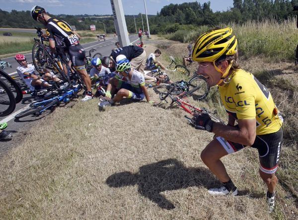 La maglia gialla Fabian Cancellara si ritira dalla Grande Boucle dopo la rovinosa caduta