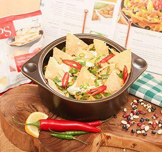 Een heerlijke Mexicaanse ovenschotel met koolhydraatarme tortillachips, kip, prei, paprika en afgemaakt met kruidenkaas. Om je vingers bij af te likken!