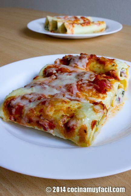 Canelones de espinacas, queso y jamón serrano. Cubiertos de bechamel y salsa de tomate.