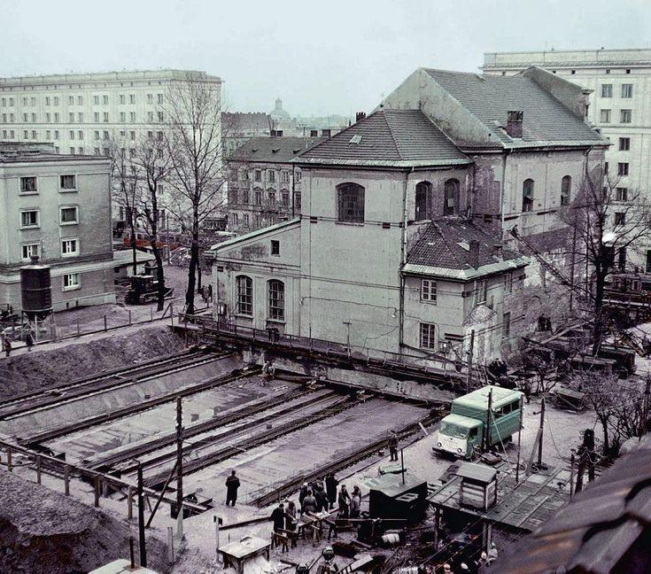 Przesuwanie Kościoła Narodzenia Najświętszej Maryi Panny,1962  (fot. Karol Szczeciński, East News)
