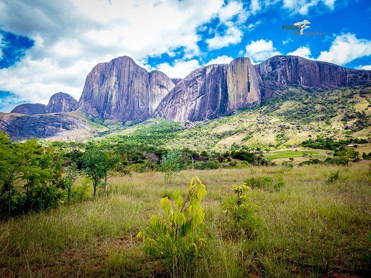 Tsaranoro Tal am Rand des Andringitra Nationalparks in Madagaskar. Imposante Felsen, Reisfelder und schöne Ausblicke warten auf Reisende in dieser mystischen, ruhigen Gegend Madagaskars.