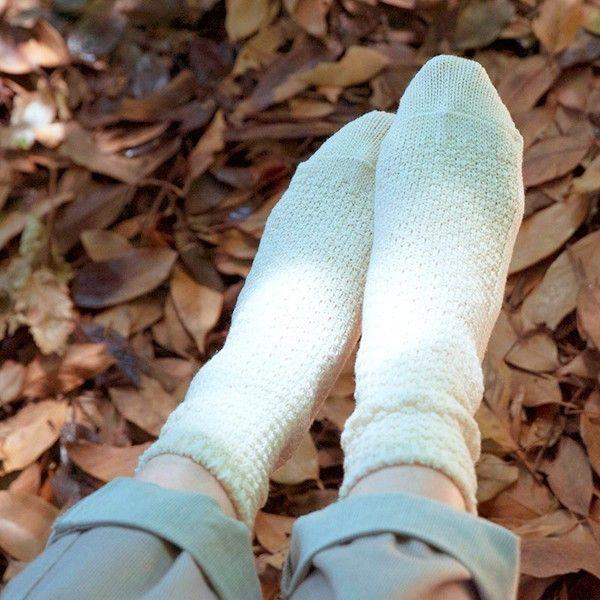 【天衣無縫】ウール×コットン 鹿の子編みソックス オーガニックコットン 毛 ルームウェア シルク靴下 ハーフソックス 日本産●サイズ22〜24cm●素材ウール66%・オーガニックコットン28%・ポリエステル4%・ポリウレタン2%●タイプグレー・オフホワイト・ベージュ●生産国日本●商品情報「ぽこぽこした表情が可愛い、鹿の子編みソックス!」鹿の子編みで肌ざわりがよく、優しいフィット感のあるソックスです!就寝時はもちろん、重ねばき靴下にプラスして、足もと暖かなコーディネートが楽しめます。ウールとコットンをミックスした杢調が可愛らしい、ソックスとウォーマーのシリーズです。たっぷりのウールで、見た目も心もあたたかく、おしゃれのポイントにピッタリ!落ち着いた3つのカラーで、コーディネートを問わずお使いいただけます。 ぽこぽことした表情が可愛らしいアイテムなので、冬の重ね着のポイントにも!●通販サイト HOTOHOTO(ほとほと)【天衣無縫】ウール×コットン 鹿の子編みソックスはHOTOHOTO(ほとほと)!冷え性改善、オーガニック、シルク、婦人・紳士向けの暖か商品はホトホト!