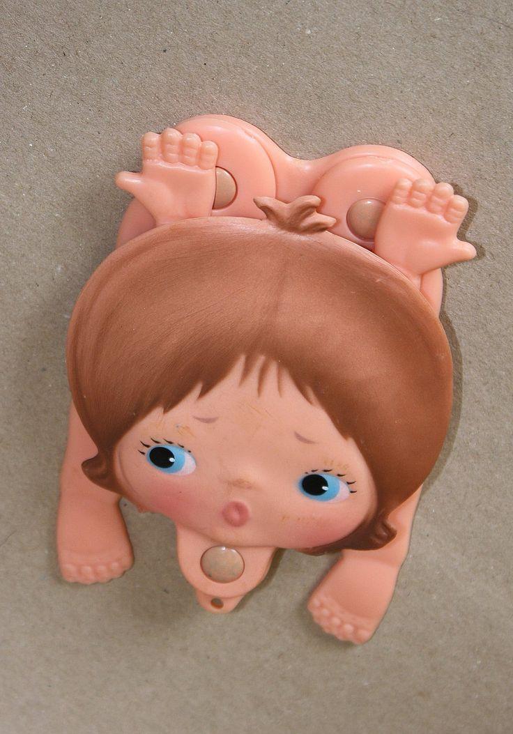 Metti, bambola tascabile creata da Sebino nel 1972 vinse il premio simpatia al concorso Bambolissima tenuto a Riccione nel medesimo anno. Era venduta al costo di L 1000. In vendita da Vetera.