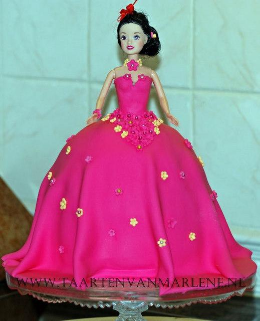 Barbie taart: Laagjes chocolade cake en vanille cake. Vulling van boter crème.