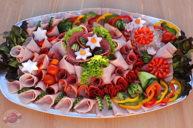 Složení: vepřová šunka, debrecínská pečeně, anglická slanina, paprikový pálivý salám, Herkules, pochoutkový (rumcajs) salát, čerstvá zelenina, aspik.