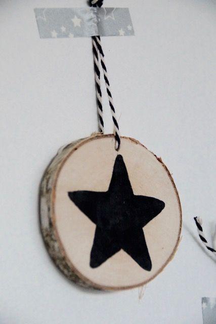 Xmas ~ wood slices~ zwart ~ natuurlijke materialen ~ kerst decoratie ~ houten boomstam hangers ~ zelfmaker ~ ster ~ kerstster ~ handbeschilderd