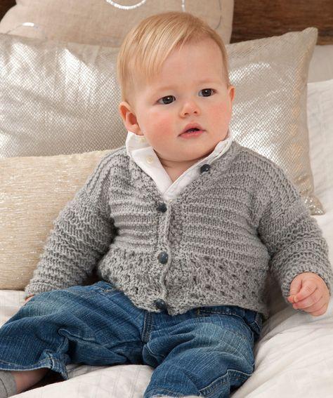 Diese süße Strickjacke ist kuschelweich und schnell fertig. Das waschbare Garn kommt in so vielen Farben, dass man sie für Babys im Familien- und Freundeskreis immer wieder neu stricken kann.