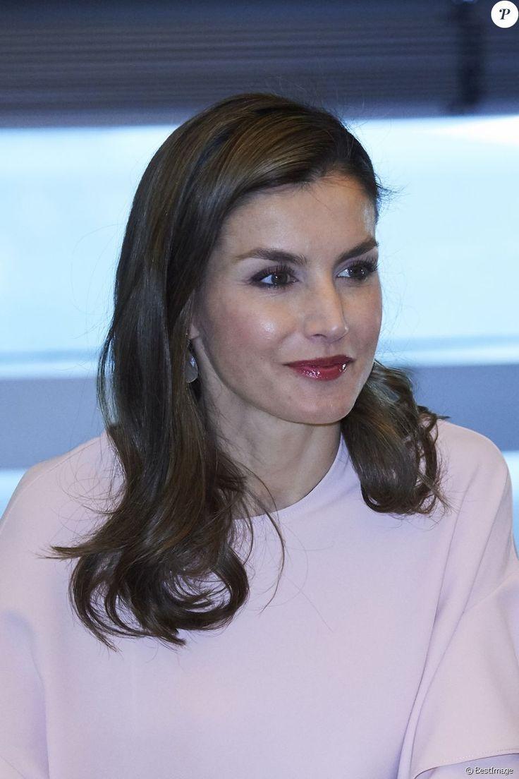 La reine Letizia d'Espagne, habillée en Zara, le 4 juillet 2017 au siège de Telefonica à Madrid pour une réunion de la Fondation d'aide contre la toxicomanie.
