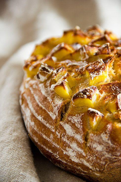 """Ein lang gehegter Wunsch meinerseits: Ein rustikales Brot mit Kartoffelstücken auf der Kruste, kräftig geröstet, mit feiner Salzkruste. Nach etlichen Fehlversuchen kann ich nun zufrieden """"mein"""" Kartoffelbrot präsentieren, gebacken mit Vorteig und Sauerteig. Die Krume ist elastisch und kartoffelig, die Kruste zum Reinbeißen. Das Brot sollte der Kartoffeln wegen möglichst frisch gegessen werden. Ich habe das Brot im Weiterlesen..."""