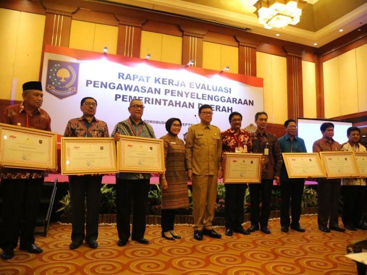 Foto bersama sehabis pemberian penghargaan.