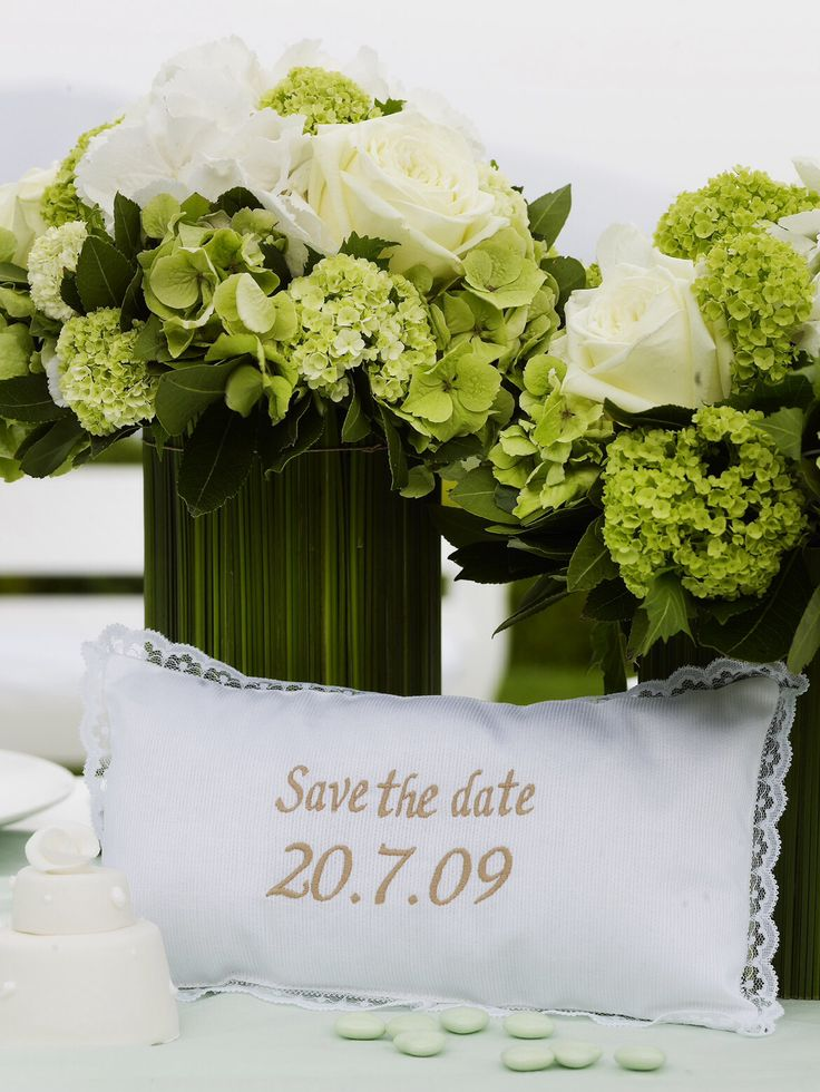 Save the date in a different way this way your friends and family will keep it http://www.instyle.gr/photo-gallery/gamos-se-nisi-trapezi-pou-tha-afisi-istoria/
