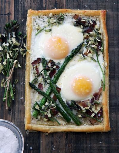 VEGA Tart with eggs, asparagus, rocket flowers