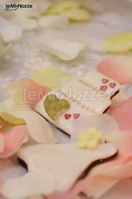 http://www.lemienozze.it/gallerie/torte-nuziali-foto/img27757.html Biscotti decorati a forma di torta nuziale