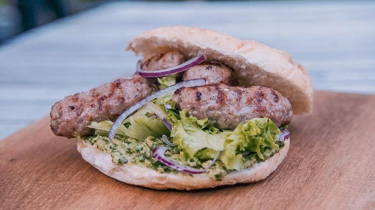 Ćevapčići  op de barbecue met pesto van gegrilde courgette | VTM Koken