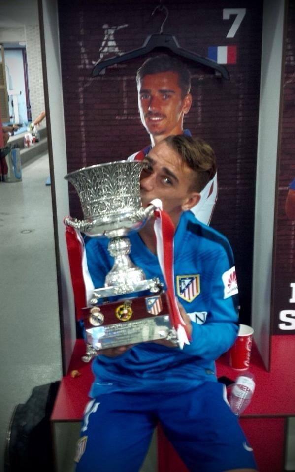 Griezmann pose avec la Supercoupe d'Espagne - http://www.actusports.fr/116190/griezmann-pose-supercoupe-despagne/