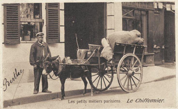 Les petits métiers du Paris d'antan Le chiffonnier... (vieille carte postale, vers 1900)