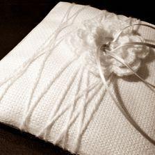 Cuscino invernale in lana per le fedi | Wedding designer & planner Monia Re - www.moniare.com | Organizzazione e pianificazione Kairòs Eventi -www.kairoseventi.it | Foto Marika Virgilio