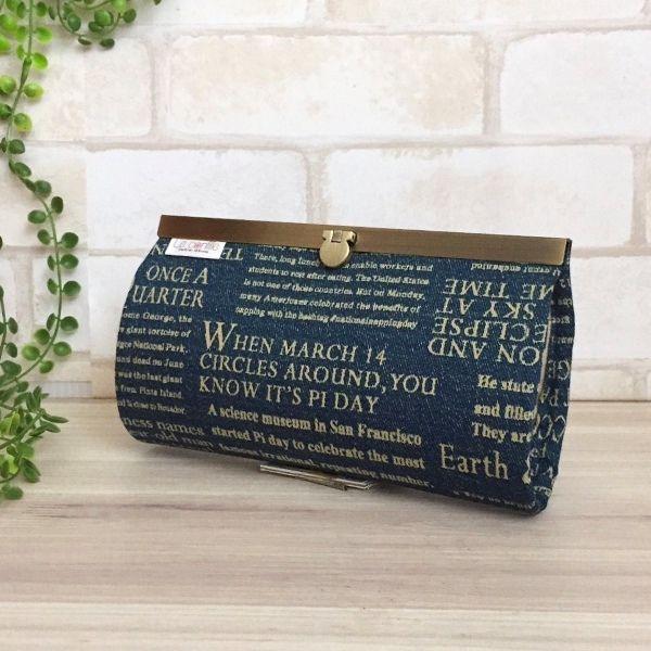デニム風のオックス生地に英字がプリントされたカッコいい長財布です。アンティークゴールドの直線口金がゴージャス。カードは12枚収納可能。ファスナー開閉での小銭入れ1つ。お札入れには仕切りを付けました。●カラー:青・オフホワイト・生成り●サイズ:縦 10.5cm  横19.5cm●素材:オックス生地・綿生地・金具●注意事項:ハンドメイドの為、至らない所もあるかと思いますが、風合いとして楽しんで頂ければ幸いです。商品の色は、ディスプレイやモニターなどによって差異が生じることがあります。ハンドメイド品をご理解いただけない方、または、神経質な方は、申し訳ありませんが ご購入をお控え下さいますようお願い致します。●作家名:reco*reco #口折れ金具タイプ #ファスナー #ジップ #財布 #長財布 #布雑貨 #カード入れ #小銭入れ #通帳入れ #ロングウォレット #布製 #薄いのにたくさん入る #スマート #ロングタイプ #かわいい #大人可愛い #おしゃれ #個性的 #レディース #多機能 #仕切り #収納力抜群 #ミニクラッチバッグ #大容量 #母の日 #プレゼント #贈り物…